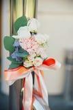 小玫瑰在tenderless钮扣眼上插的花,特写镜头发芽 图库摄影