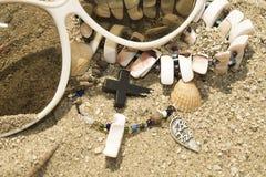 小珠交叉项链沙子壳 免版税库存图片