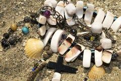 小珠交叉项链沙子壳 库存图片