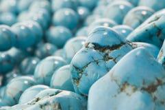 小珠关闭自然石绿松石  免版税库存照片