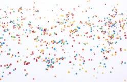 小珠在广角白色的背景洒 免版税库存照片