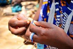 小珠工作在坦桑尼亚 免版税库存照片