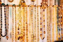 小珠由琥珀制成 首饰由琥珀制成 传统纪念品 库存照片