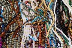 小珠镯子和项链小珠抽象背景 免版税库存图片