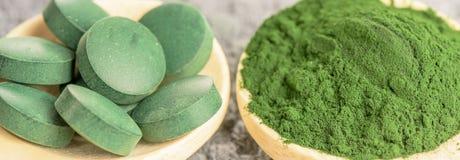 小球藻和spirulina -药片和粉末 免版税库存照片