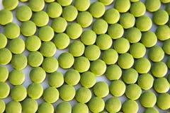 小球藻绿色片剂 免版税库存图片