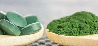 小球藻, spirulina -片剂和粉末-宏观射击 库存图片