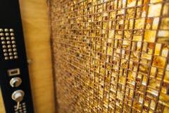 小瓦片马赛克的纹理是棕色的与闪闪发光 免版税库存照片
