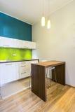 小用餐的空间在绿色厨房里 免版税库存图片