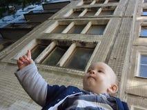 小男孩上升手和讲道 免版税库存图片