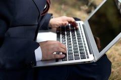 小男孩与膝上型计算机坐教的课程的本质 免版税库存照片