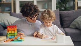 小男孩与铅笔的图画图片,当微笑时快乐的妇女谈话和 影视素材