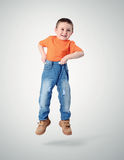 小男孩为牛仔裤培养自己 免版税库存图片