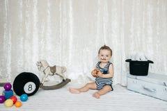 小男孩举的玩具重量 免版税库存图片
