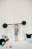 小男孩举的玩具重量 免版税库存照片