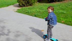 小男孩乘坐滑行车 股票录像