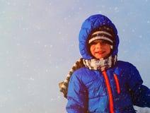 小男孩享用雪本质上,孩子冬天乐趣 免版税库存照片