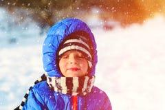 小男孩享用雪本质上 免版税库存照片