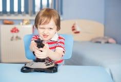 小男孩作用与控制杆的电脑游戏 免版税库存图片