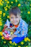 小男孩佩带的兔宝宝耳朵 免版税库存图片