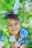 小男孩佩带的兔宝宝耳朵 免版税库存照片