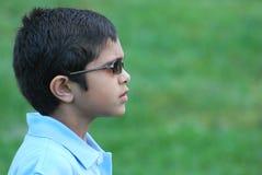 小男孩佩带的太阳镜室外背景 免版税库存照片