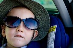小男孩佩带的妈咪太阳镜 免版税库存图片