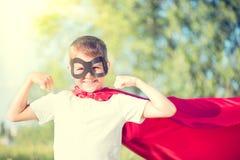 小男孩佩带的超级英雄服装 免版税库存照片