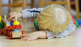 小男孩使用与木机车 免版税图库摄影