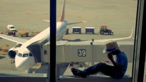 小男孩使用与片剂,当等待飞机飞行时 4K 股票录像