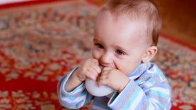 小男孩使用与玩具和削尖他的 股票录像