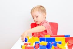 小男孩使用与玩具的,早期的教育 免版税库存照片