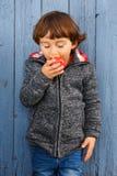 小男孩儿童孩子吃苹果果子纵向格式秋天f 免版税库存照片