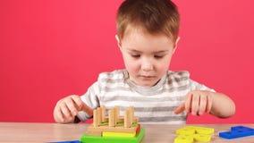 小男孩充当开发的比赛、教育和托儿概念 股票录像