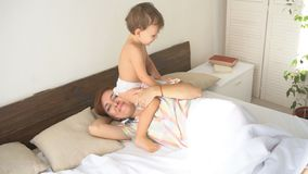 小男孩叫醒他睡觉的母亲 影视素材