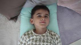 小男孩叫醒躺在与枕头的床上 股票视频