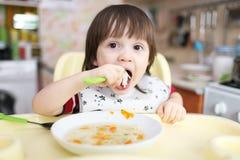 小男孩吃汤 免版税库存图片