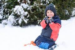小男孩吃蜜桔并且呱呱地叫 免版税图库摄影