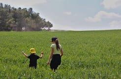 小男孩和他的姐姐 库存照片