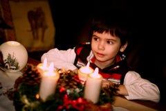 小男孩和圣诞节装饰 免版税库存照片