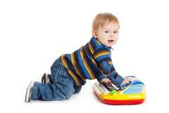 小男孩和在空白背景的关键董事会。 滑稽的男孩婴孩。 免版税库存照片