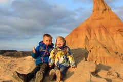 小男孩和女孩享受在风景山的旅行 免版税库存图片