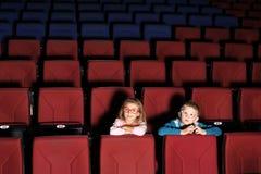 小男孩和女孩在戏院大厅里 库存图片