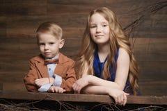 小男孩和女孩工作在庭院里的,孩子收获 免版税库存图片