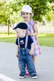 小男孩和女孩拥抱 免版税库存照片