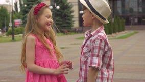 小男孩和女孩谈话户外 库存图片