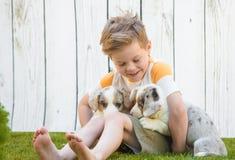 小男孩和小狗小狗 免版税图库摄影