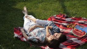 小男孩和愉快的母亲谎言和拥抱在红色毯子 股票录像