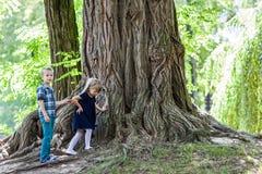 小男孩和站立在一大stu旁边的女孩兄弟和姐妹 免版税库存图片