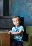 小男孩和老手提箱 免版税库存图片